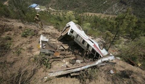 印度北部发生重大交通事故 客车坠入山谷死伤乘客均为朝圣者